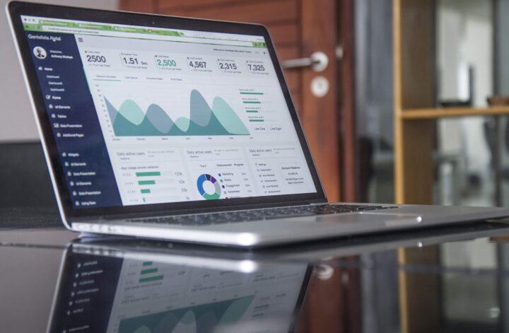 Ilustrasi layar laptop menampilkan data olahan
